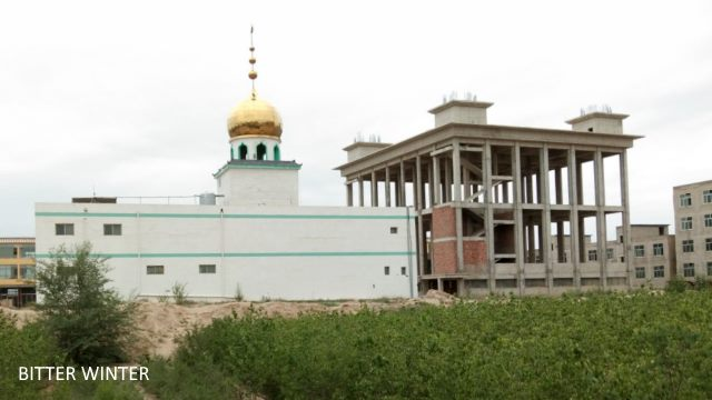 The domes and moon and star symbols on the mosque that was being constructed in the Lanzhou New Area had already been completed, as had the framework of the main body of the building