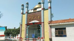 The mosque in Liugong village's No.2 Production Team has been forcibly shut down. The gate has now been fitted with barbed wire. The crescent moon and star symbols on the tops of the pillars at the mosque entrance have been demolished.