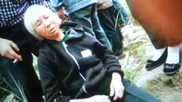 A female villager in Wanzhai is dragged by Minlu personnel. (Provided by an inside source)