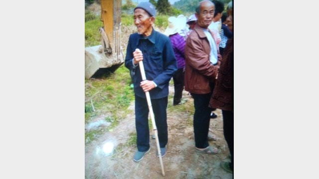 Elderly villagers in Wanzhai seek to defend their rights. (Provided by an inside source)