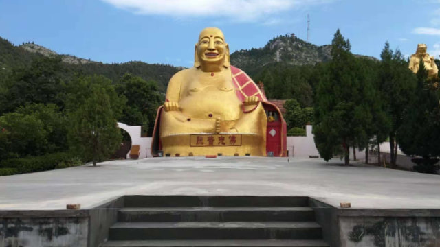 The giant Buddha statue at Jiushan Park (provided by an inside source)