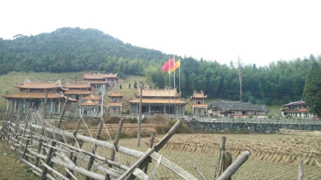 The national flag has been raised at Wuhua Temple in Dehua county, Fujian