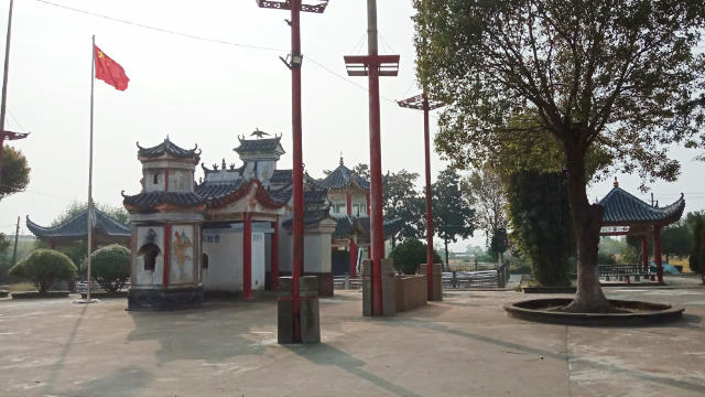 The national flag has been raised at Tiebian Temple in Hubei