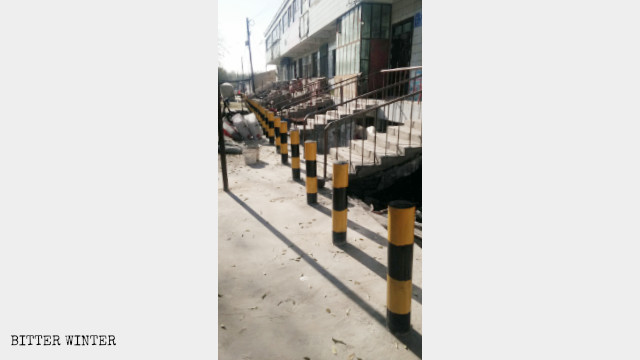 Anti-vehicle sidewalk barriers in front of shop
