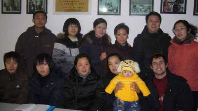 Kaifeng Jewish family members gather for a photo