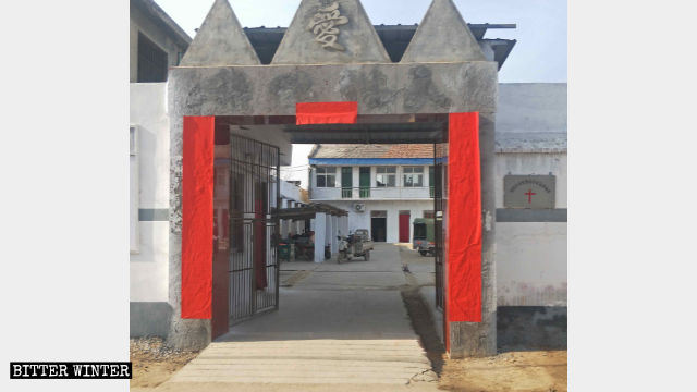 A church in Tangyin county posted a couplet with no characters on it.