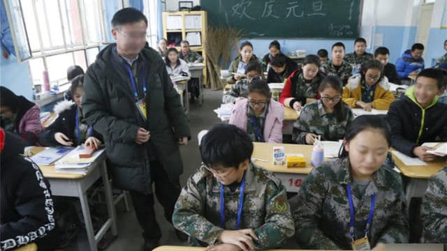 A teacher on assignment in Xinjiang is teaching in the classroom