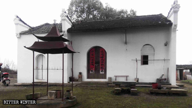 temple in Wusha town has been painted white