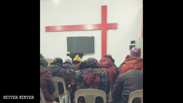 Believers are holding a gathering in the Reformed house church in Neixiang county.