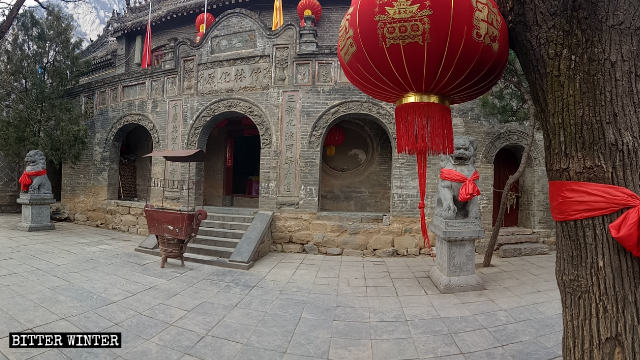 The main entrance to Lianhua Temple before it was closed.