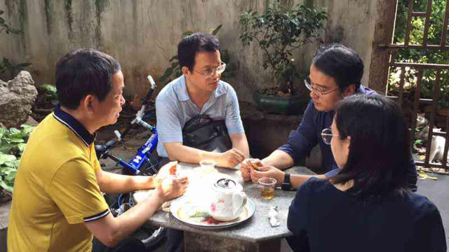 Pastor Yang and his wife are negotiating with officials from the Ethnic and Religious Affairs Bureau.