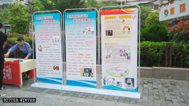 """Public security officers are promoting the campaign """"Advocate science, oppose xie jiao"""" on the street."""