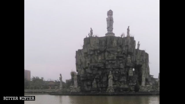 Guanyin statues on Guanyin Island before the island was surrounded